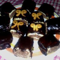 Petits carrés chocolatés fourrés à la noix de coco