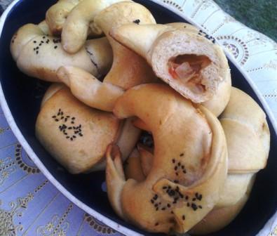 Petits croissants fourrés tomates - oignons